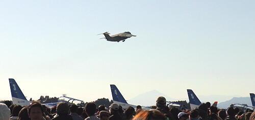 新田原6-1・C-1とブルーインパルス.jpg